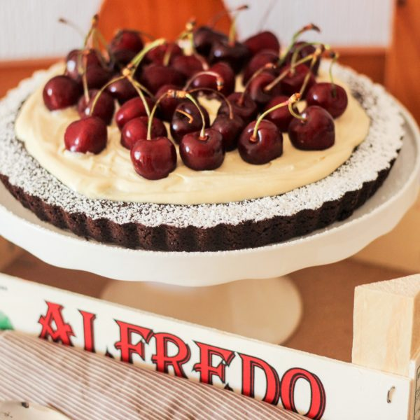 Tarta de franchipán, chocolate y cerezas
