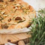 Focaccia de ajo asado, oliva y romero