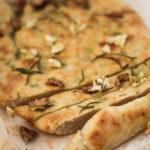 Focaccia de ajo asado, oliva, romero y aceite de oliva virgen extra ecológico Azada