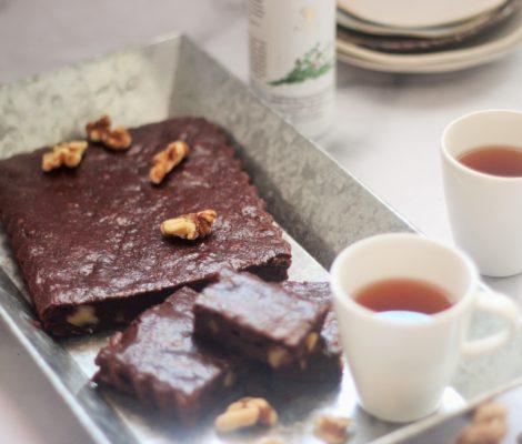 Brownie sin azúcar de chocolate y tomillo con nueces