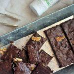 Brownie sin azúcar de chocolate y condimento de aceite de oliva virgen extra con tomillo