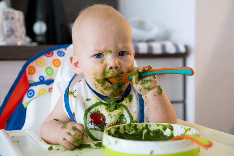 ¿Los niños deben jugar con su comida?