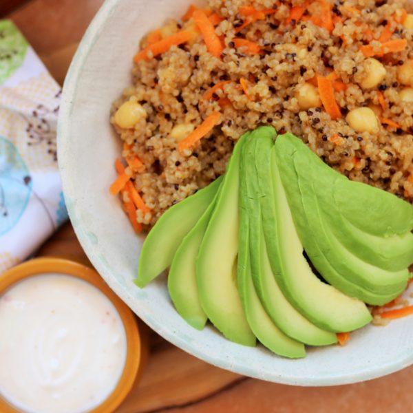 Ensalada de quinoa, verduras asadas y hierbas con yogurt y Harissa
